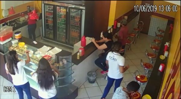 Homem é preso minutos depois de roubar celular de estudante em lanchonete no centro de Patos; veja vídeo