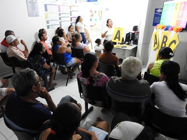 Enfermeira ministra palestra sobre Hepatites na Unidade de Saúde Chico Badu
