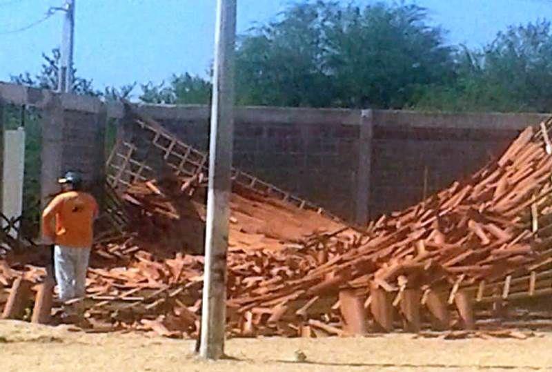 Cobertura de Praça Pública desaba durante construção e levanta suspeita da qualidade da obra em Quixaba