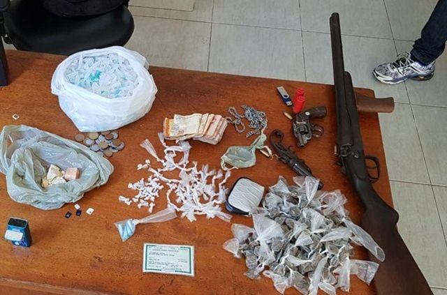 Homem preso com drogas, armas e munições no Vale do Piancó