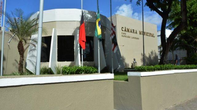 ABSURDO: vereadores da capital têm salário de 15 mil e 18 assessores no gabinete
