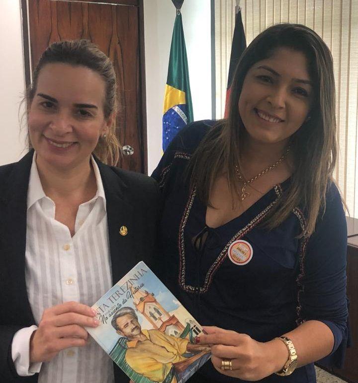 Prefeita de Santa Terezinha-PB, Terezinha Lúcia, presenteia Senadora Daniella Ribeiro com livro que conta a história do município