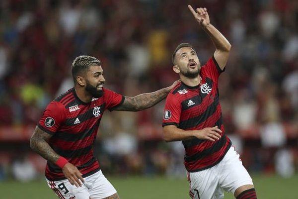 Flamengo comete dois pênaltis, mas domina LDU, vence e se isola na liderança do Grupo D da Libertadores
