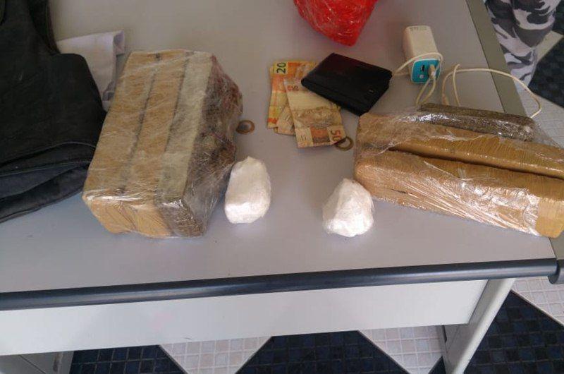 Homens são presos com carro de luxo roubado e muita droga pronta para o consumo, em Conceição