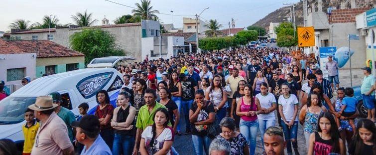 Velório dos jovens mortos em acidente atrai multidão em Catingueira