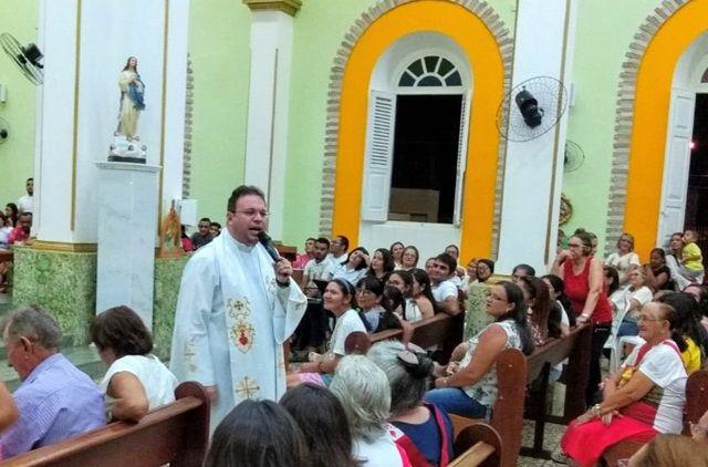 Padre Fabrício participa da 5ª noite da festa de São João Batista, em Olho D'Água-PB
