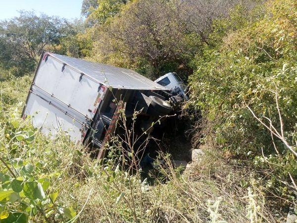 Caminhão baú tomba na Serra do Teixeira