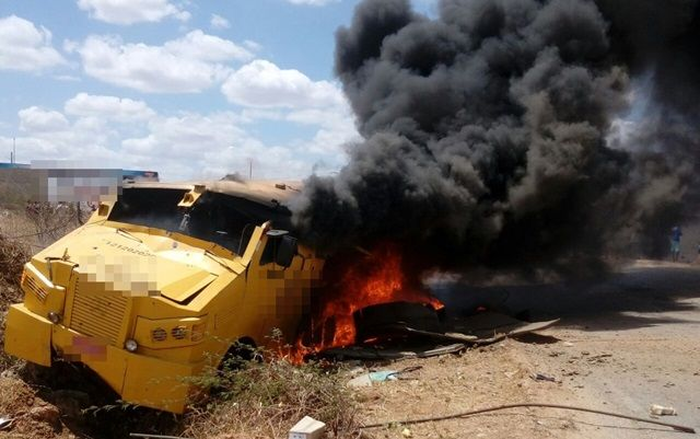 Bandidos usam caminhões para bloquear estrada e explodem dois carros fortes entre Caicó e São João do Sabugi