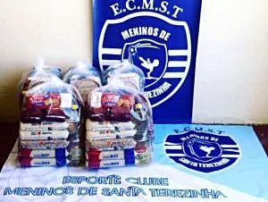 Escolinha de futsal entrega cestas básicas às famílias carentes de Santa Terezinha