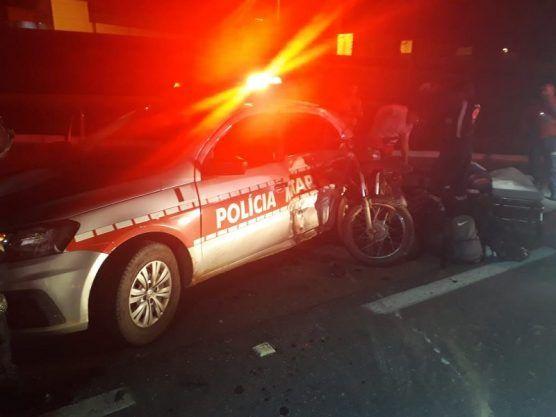Casal fica ferido após colidir em viatura da PM na BR-104