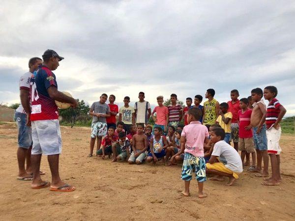 Quilombolas criam escolinha de futebol como alternativa para inclusão de crianças na escola, em Diamante