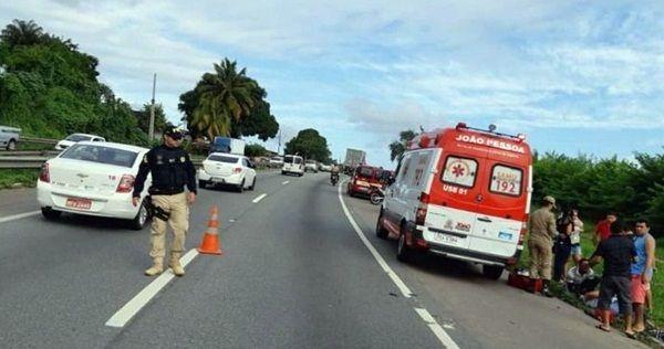 Ciclista morre na Paraíba após moto bater de frente em ultrapassagem pelo acostamento
