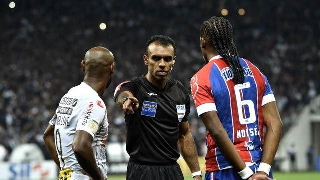 Corinthians bate o Bahia em jogo de polêmicas com o VAR