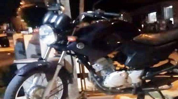 Ladrão audacioso furta motocicleta de estacionamento e ninguém percebe qualquer movimentação estranha; polícia investiga imagens