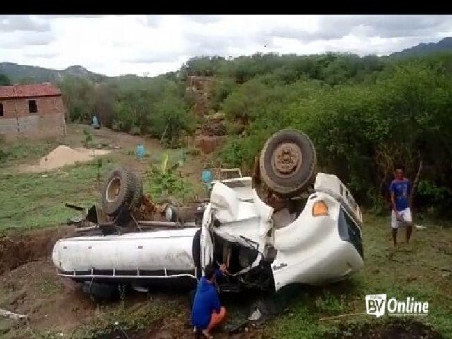 Caminhão pipa capota após deslizar em barranco na área rural de Itaporanga