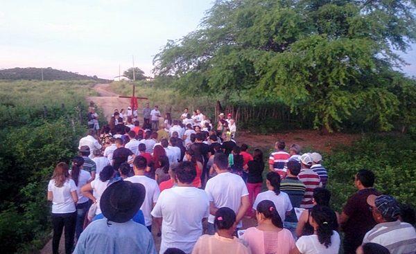 Católicos de Santa Terezinha-PB rezam Via Sacra na Sexta-feira Santa