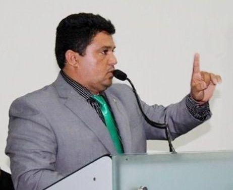 Vereador Góia usa a tribuna da Câmara, diz que não come bola e defende esposa