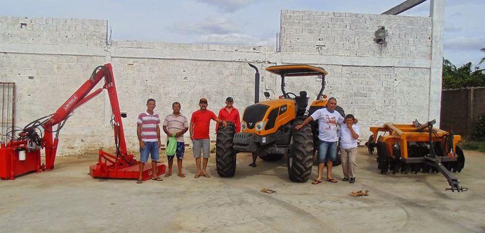 Prefeito TAU entrega Trator Zero Km ao Povo