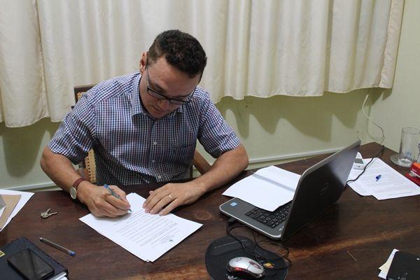 Resultado de imagem para prefeito amazan assina