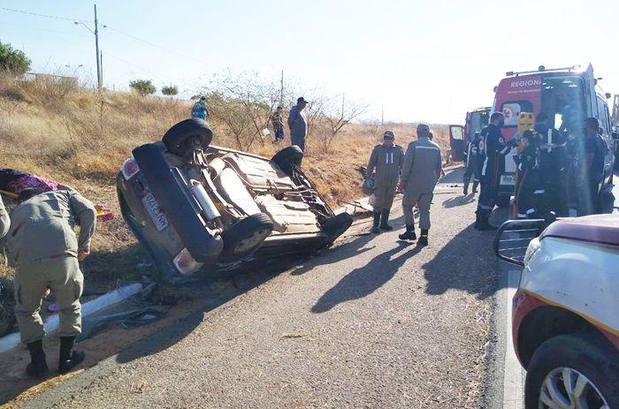 Acidente com carro e carroceiro na Rotatória da BR-230, em Patos, deixa uma pessoa morta e outra ferida