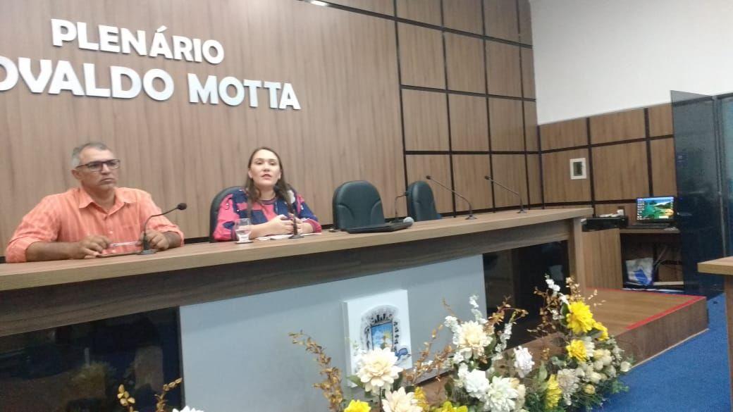 Vereadora Edjane Araújo diz que prefeito interino recebia pressão do seu grupo para exonerá-la. Escute;