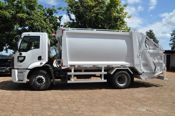Efraim Filho destina verba de 410 mil reais para Santa Terezinha comprar caminhão compactador para coleta de lixo; veja